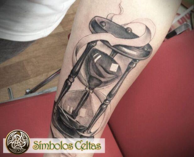 Significa el tatuaje del Reloj de Arena