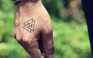 """Significa """"nudo de tatuaje""""."""