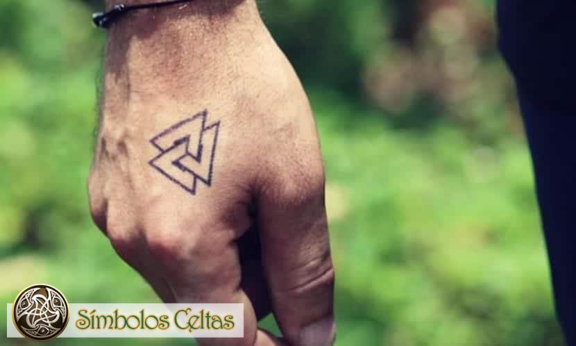 """Significa""""nudo de tatuaje""""."""